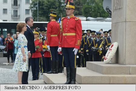 10-MAI-Ceremonie-militară-și-depuneri-de-flori-la-statuia-regelui-Carol-I-din-Piața-Palatului-Regal-2