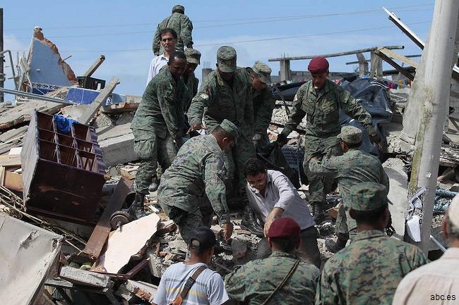 Al menos 272 muertos y más de 2.000 heridos por un terremoto de magnitud 7,8 en Ecuador