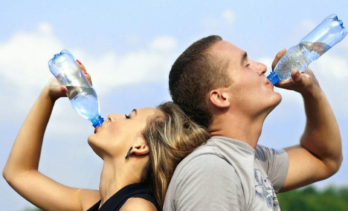Apa îmbuteliată un pericol? Microparticule de plastic, prezente în 'aproape toate tipurile de apă îmbuteliată'