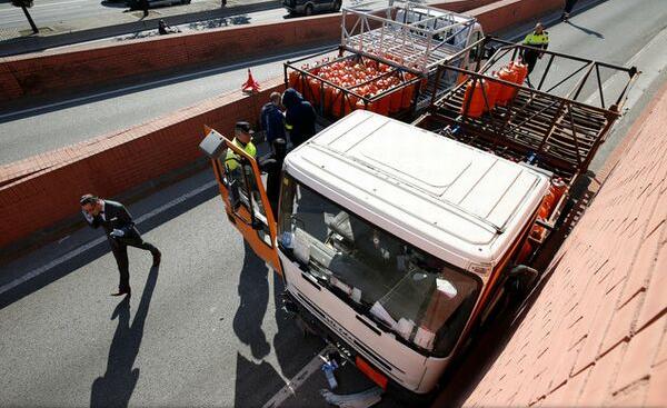 Barcelona: Un șofer care conducea pe contrasens un camion cu o încărcătură periculoasă a fost arestat cu focuri de armă
