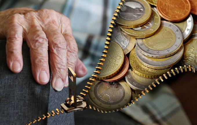 Câți pensionari sunt și cât mai e pensia medie în România?