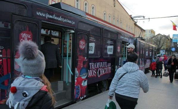 Cluj: Moş Crăciun îi aşteaptă pe cei mici în fiecare zi în tramvaiul lui special, cu care traversează oraşul