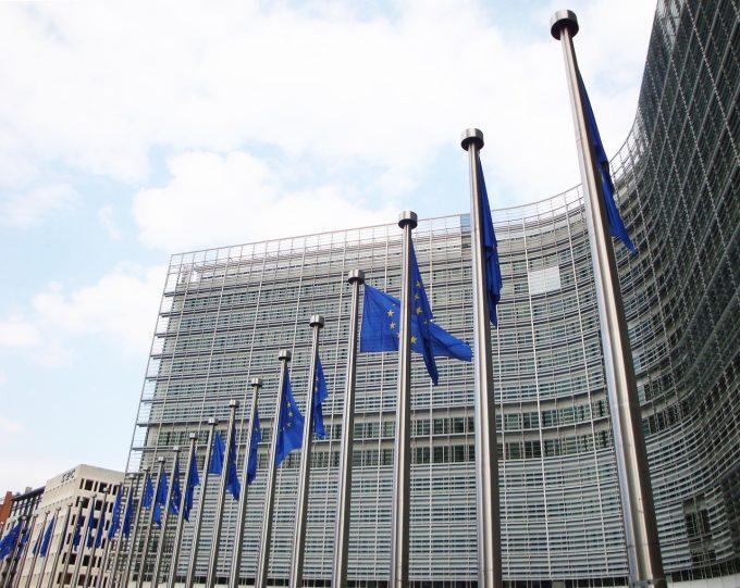 Comisia Europeană avertizează asupra riscurilor de securitate asociate reţelelor 5G, dar se abţine să critice China şi Huawei