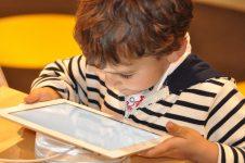 Dezvoltarea optimă a copiilor poate fi afectată de timpul petrecut în faţa ecranelor (studiu)