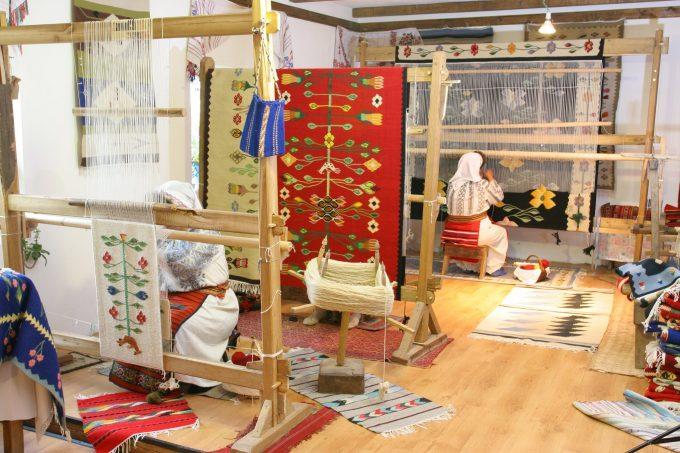 Dolj: Ţesătoarele de la atelierul ARTALASAT au realizat un covor oltenesc dedicat Centenarului