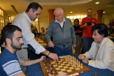 El concejal de Deportes, Juanjo Segura, ha realizado el 'saque de honor', junto al gran maestro rumano Mihai Șubă