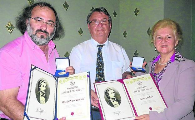 El poeta A. P. Alencart recibe la Medalla de Oro Mihai Eminescu en Rumanía