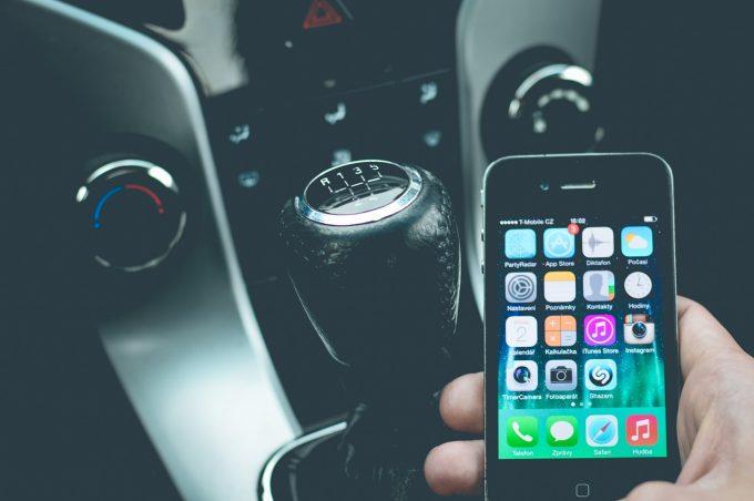 Franţa interzice utilizarea telefoanelor mobile în maşini, chiar şi când acestea sunt trase pe dreapta