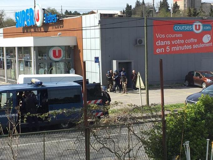 Franța: Luare de ostatici într-un supermarket, cel puțin 2 morți. Atacatorul spune că luptă pentru Statul Islamic