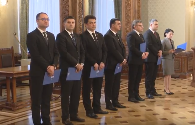 VIDEO: Guvernul României - Noii miniştri au depus jurământul de învestitură în funcţii