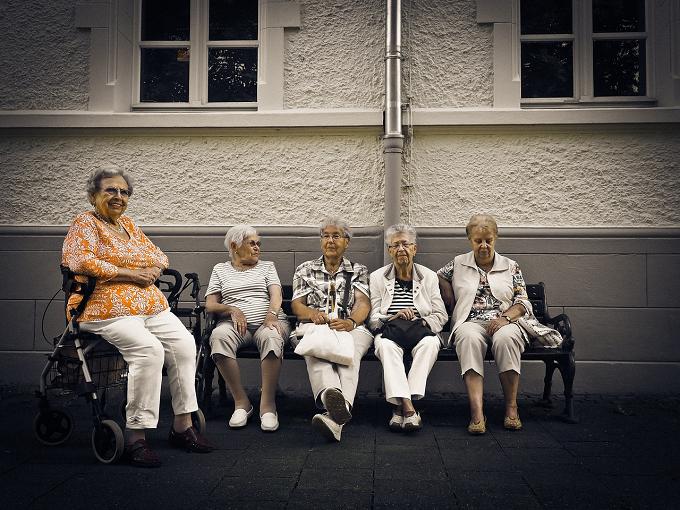 Hossu: Noua Lege a pensiilor discriminează femeile, care vor primi şi cu 30 % mai puţin decât bărbaţii