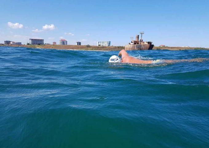 Hunedoara: Bibliotecarul Avram Iancu continuă cursa înot spre Istanbul, prin Marea Neagră