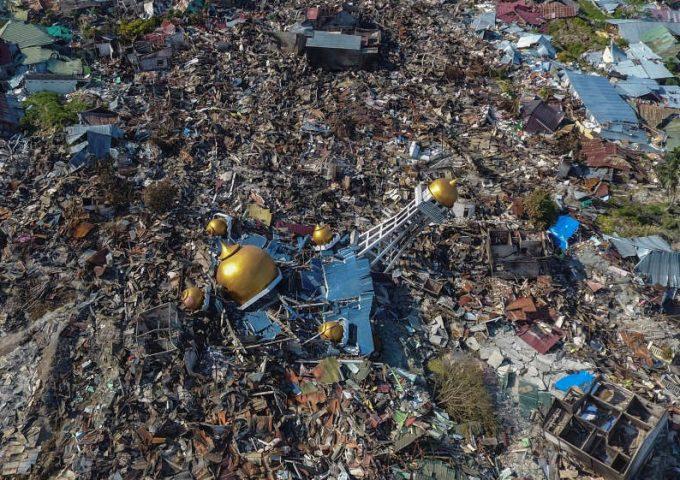 Indonezia/seism: Gropi comune pentru victimele catastrofei; 191.000 de oameni au nevoie de ajutor de urgenţă