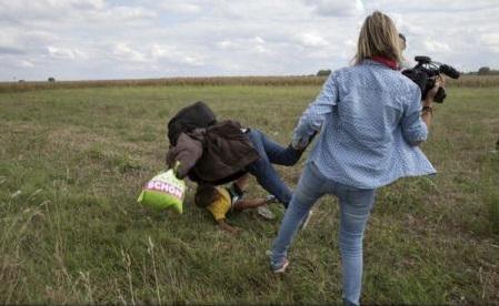 Video-ul care a șocat întreaga lume: Jurnalista din Ungaria filmată în 2015 în timp ce lovea migranți, condamnată la trei ani de închisoare cu suspendare