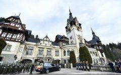 Klaus Iohannis a sosit la Castelul Peleș; i-a adus un ultim omagiu regelui Mihai