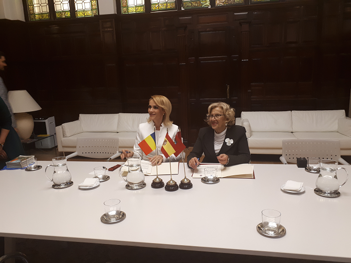 Las alcaldesas de Madrid y Bucarest firman un acuerdo de colaboración entre ambas ciudades