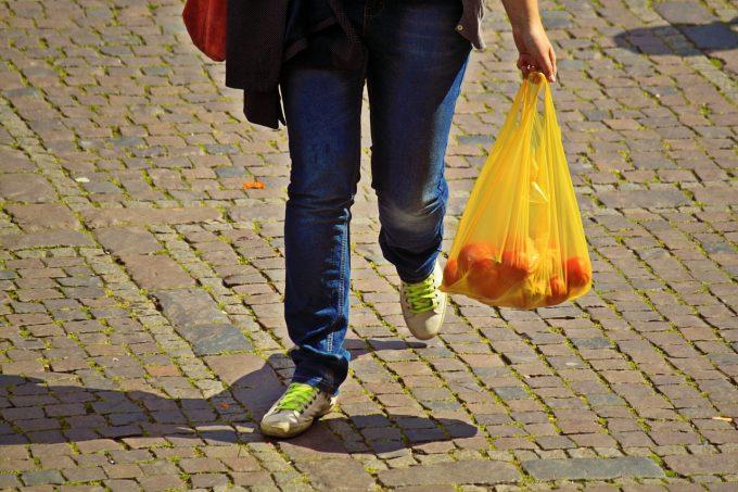 Legea prin care se interzice comercializarea pungilor din plastic cu mâner de la 1 ianuarie 2019 a fost promulgată