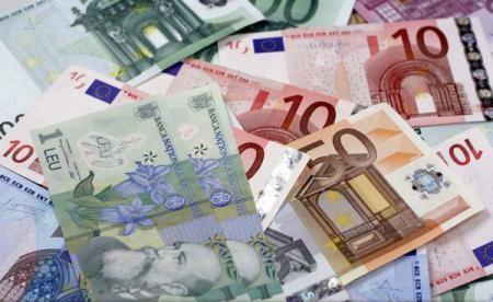 Leul pierde teren în faţa monedei euro, dar se apreciază în raport cu dolarul american