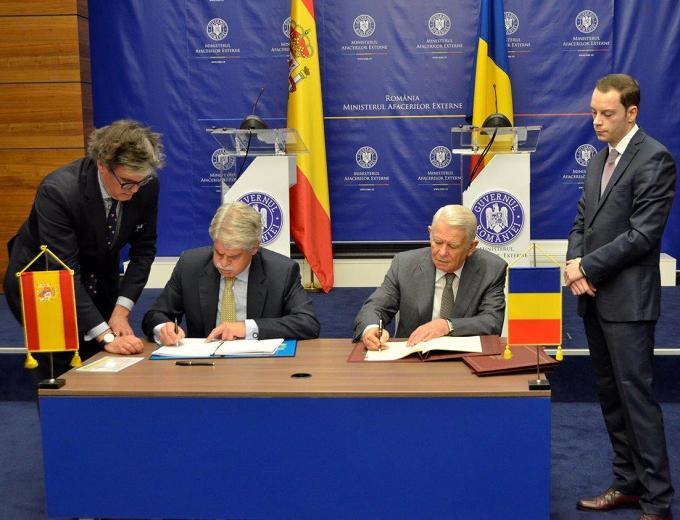 Los ministros de exteriores de espa a y ruman a firman un for Exteriores espana