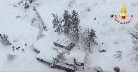 MAE: Trei cetățeni români, în hotelul lovit de avalanșă în Italia; operațiunile de salvare – în curs