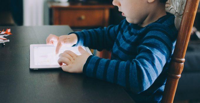 Mai mult de două ore petrecute de copii în faţa ecranelor le afectează capacităţile cognitive
