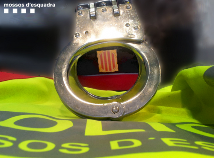 """Manifestaţie împotriva """"represiunii"""" la Barcelona: În lanţuri, la uşa tribunalului"""