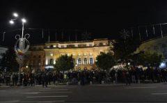 Mii de oameni stau la coadă la Palatul Regal pentru a-i aduce un ultim omagiu regelui Mihai