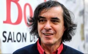 Ministrul Culturii, Ionuț Vulpescu, îl felicită pe Mircea Cărtărescu la primirea Premiului Mihai Eminescu - Opera Omnia