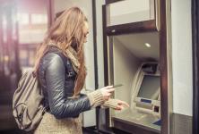 Numărul românilor care trimit bani acasă prin transferuri online s-a triplat