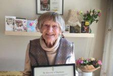 O britanică în vârstă de 101 ani a intrat în posesia diplomei de licenţă după 80 de ani de la absolvire