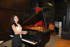 O româncă talentată compune, cântă și câștigă premiu după premiu. Visează să lanseze primul ei album