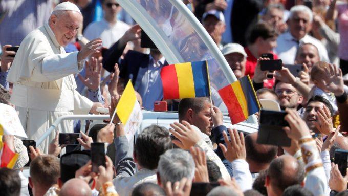 """Ocrotirea Preacuratei asupra cetăţenilor României: Papa, la """"Regina Coeli"""" de la Blaj"""