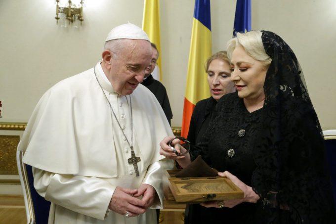 Papa în România - Un ceas simbolic şi un album despre Biserica Romano-Catolică din România, oferite de premier Suveranului Pontif