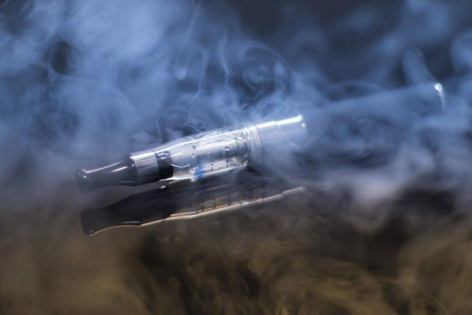 Peste 500 de îmbolnăviri în SUA legate de folosirea ţigărilor electronice