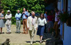 VIDEO: Prinţul Charles – o nouă vizită de suflet la Viscri; s-a întâlnit cu mici producători şi a degustat produse româneşti