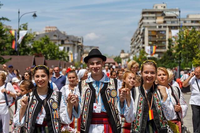 RomânIA Autentică în straie de festival la ediţia a IV-a, în Hobiţa, Iaşi şi Braşov