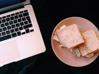 """Românii, în topul angajaţilor din Europa care preferă să consume prânzul """"pe tastatură"""" (studiu)"""