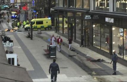 SUEDIA: Un camion a intrat în mulțimea de pe o stradă comercială din centrul orașului Stockholm; trei morți, posibil atac terorist