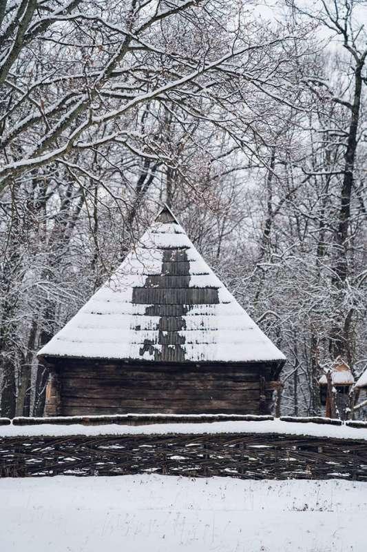 Sibiu: Semnul crucii a apărut pe o casă de la Muzeul ASTRA, după ce s-a topit parţial zăpada