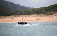 VIDEO: Spania - Peste 30 de migranţi ilegali au debarcat pe o plajă sub privirile turiştilor