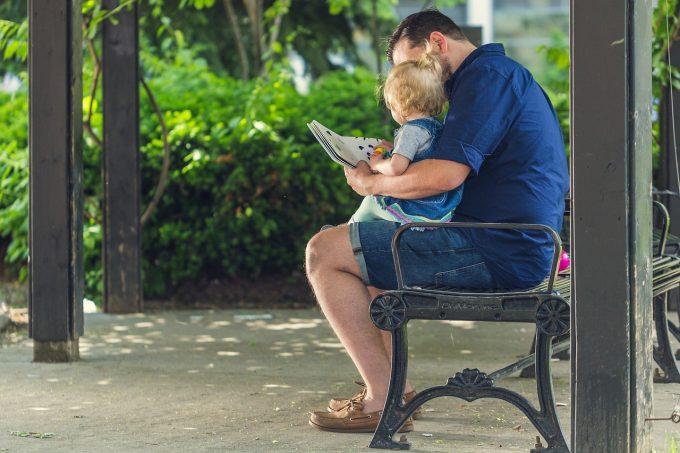 Spania introduce concediul paternal de opt săptămâni