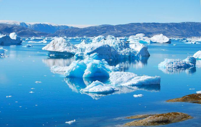 Stratul de gheaţă din Groenlanda se topeşte de patru ori mai repede decât în 2003 (studiu)