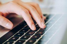 Studiu: Un adolescent român din cinci hărţuieşte online alte persoane pentru a nu deveni, la rândul său, ţintă