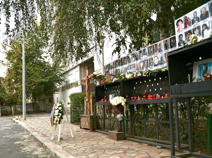 Sute de oameni au aprins lumânări şi au adus flori în memoria victimelor de la Colectiv