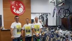 Trei români vor să traverseze deșertul Atacama și să urce pe vulcanul Ojos Del Salado pe biciclete