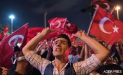 Turcia: Mii de persoane în continuare în stradă după tentativa de puci