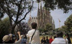Turiștii din Barcelona bombardați cu ouă de către localnicii nemulțumiți de supraaglomerarea Centrului istoric