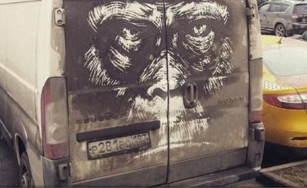Un artist din Rusia ''pictează'' desene inedite transformând murdăria de pe mașini în opere de artă