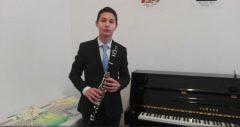 Un elev de clasa a VII-a a obținut zeci de premii la concursuri pentru interpretarea sa la clarinet (reportaj)