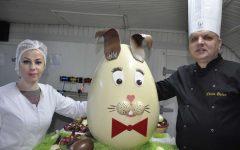 Unic în România: cel mai mare ou de ciocolată, cu faţă de iepure, realizat la Cisnădie